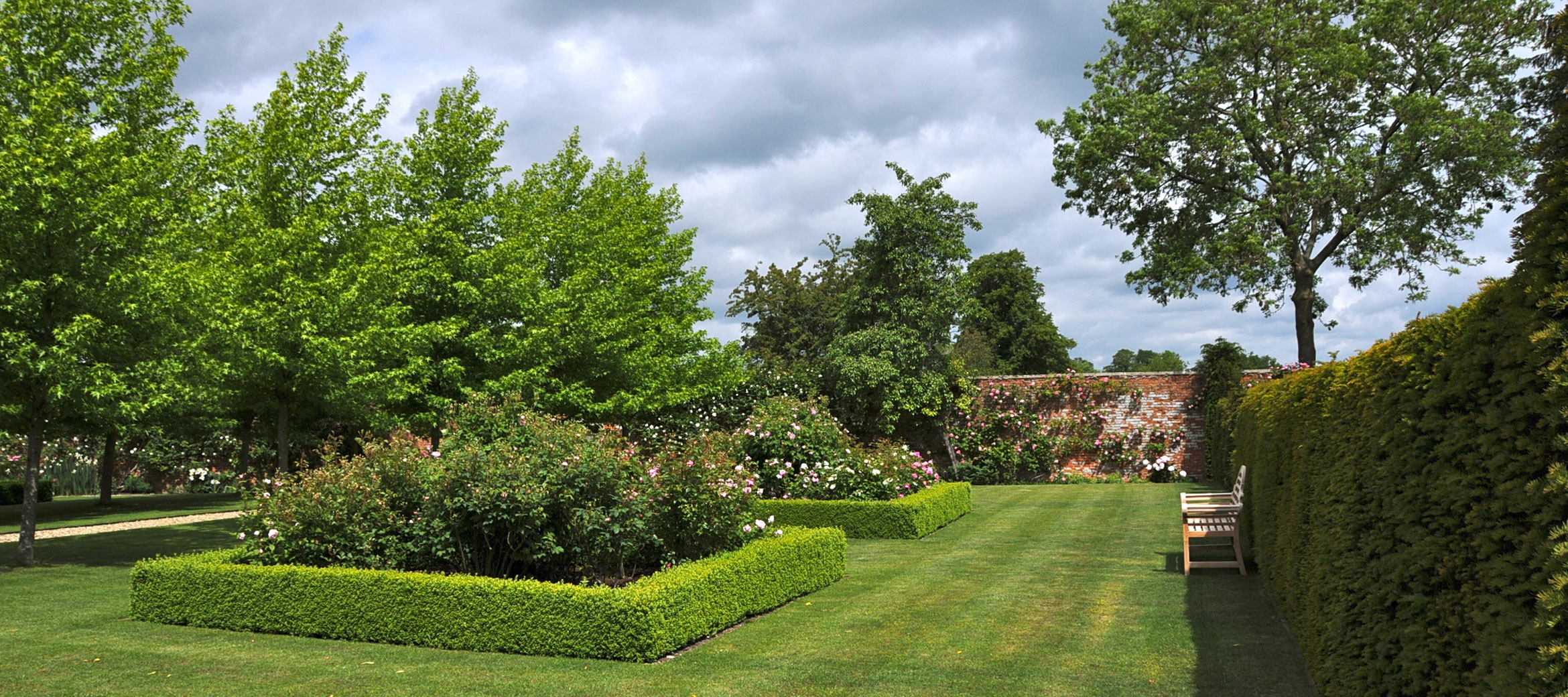 langley-park-cotswold-walled-garden-bench