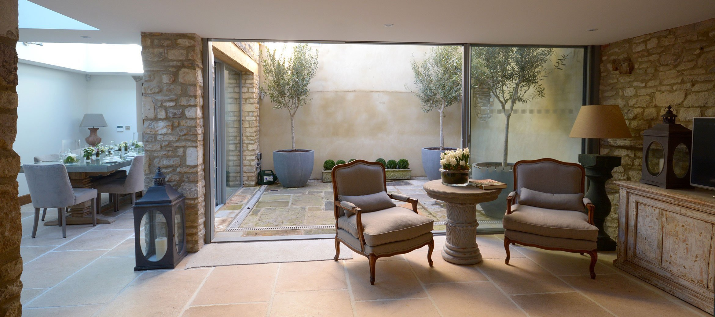 burford-cotswold-cottage-dining-sitting-room-courtyard