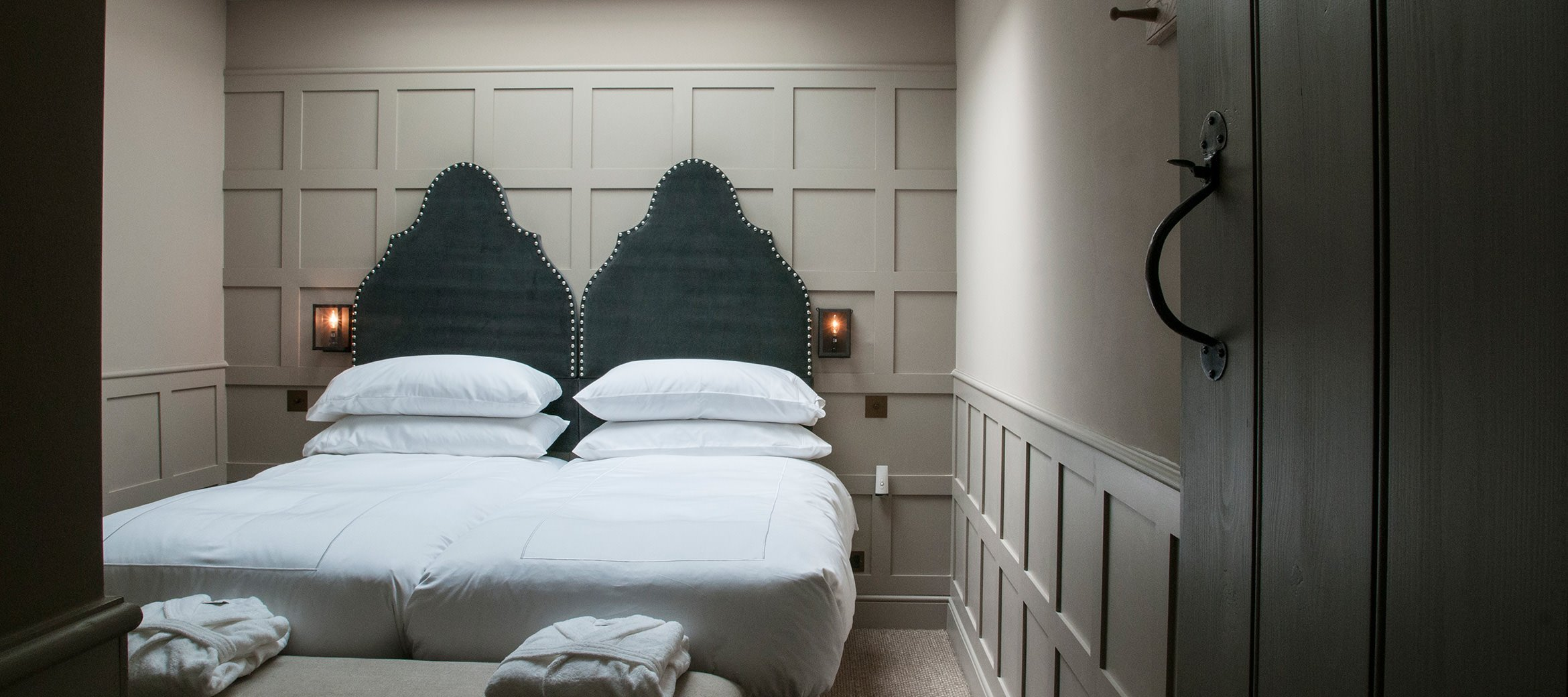 dovecote-luxury-cotswold-cottage-twin-bedroom