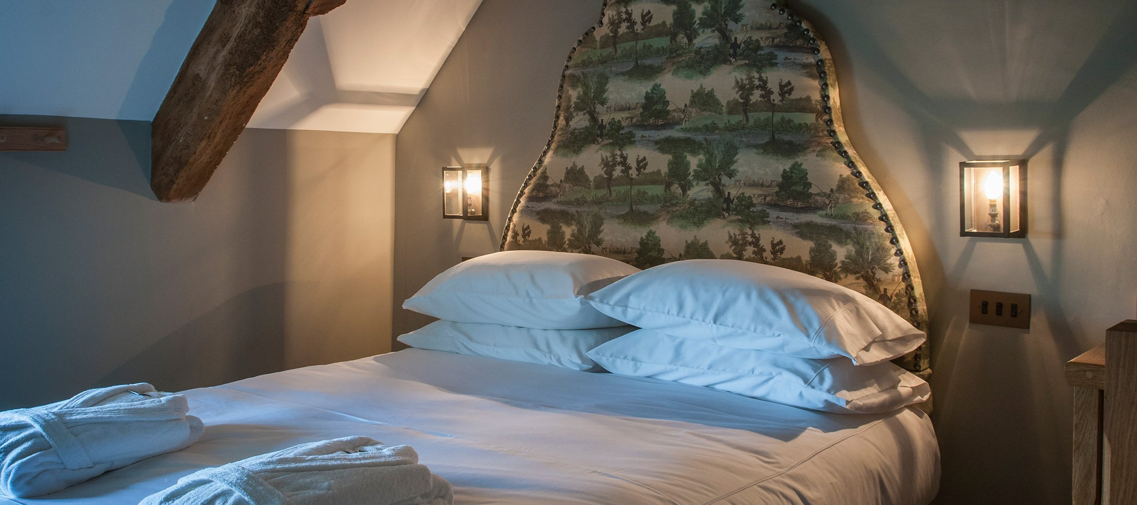 stable-luxury-cotswold-cottage-master-bedroom