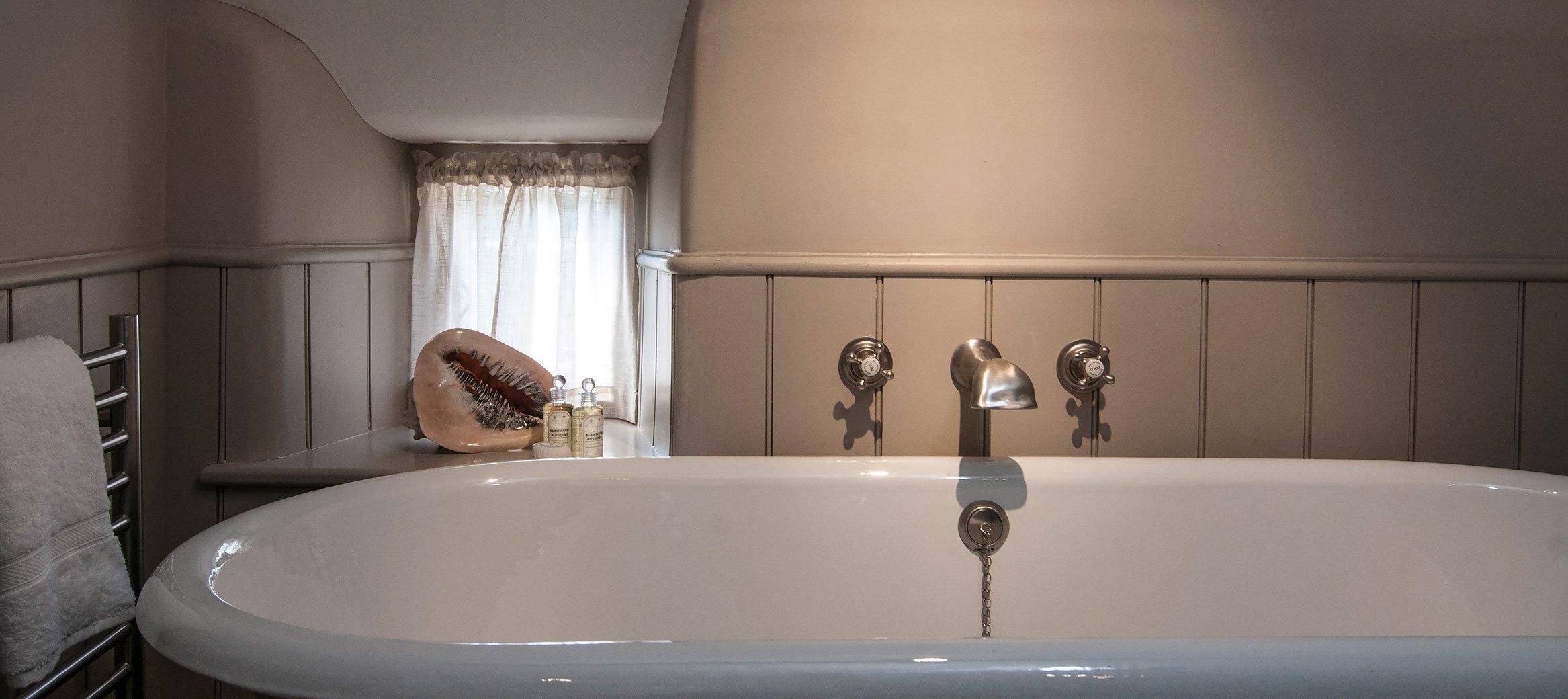 yew-luxury-cotswold-cottage-southrop-bathroom