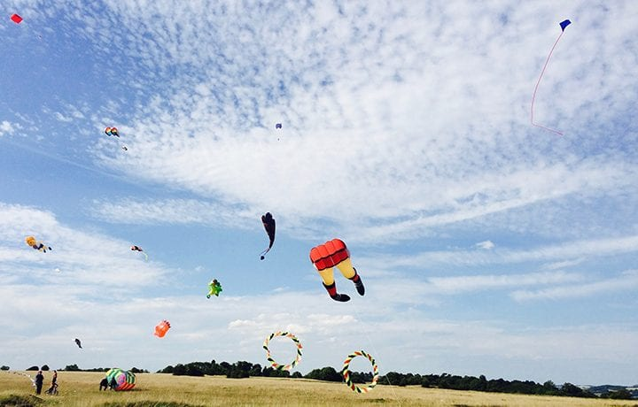 kite-flying-minchinghampton-common-cotswolds-featured