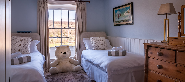 sheepscombe-twin-bedroom