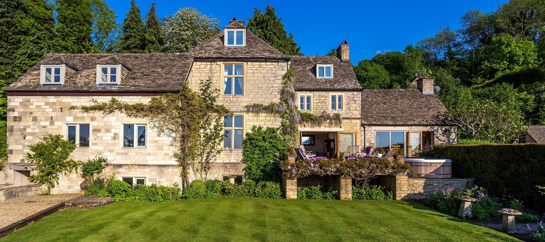dryhill-farmhouse-lawn