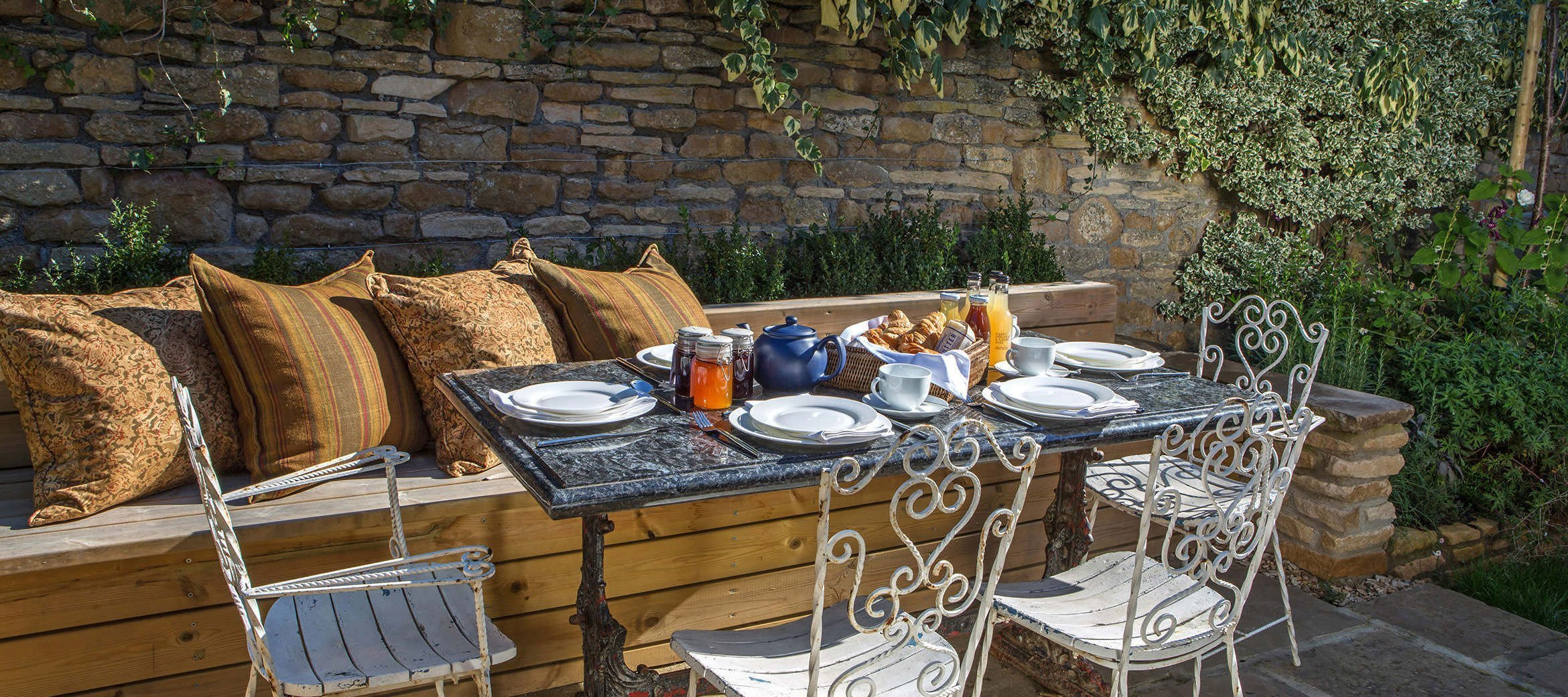 luxury-kingham-weavers-cottage-garden-breakfast