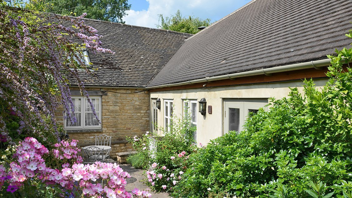 bruern-holiday-cottages-cope-patio