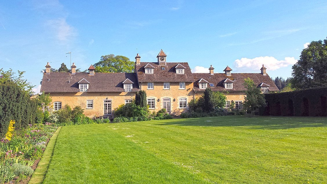 bruern-holiday-cottages-lawns