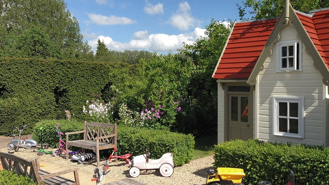 bruern-holiday-cottages-play-area-house