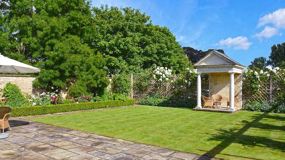 bruern-holiday-cottages-spa-lawn