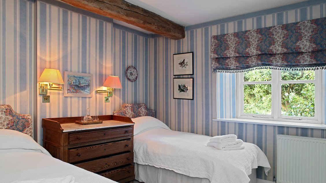 bruern-holiday-cottages-shipton-blue-twin-bedroom