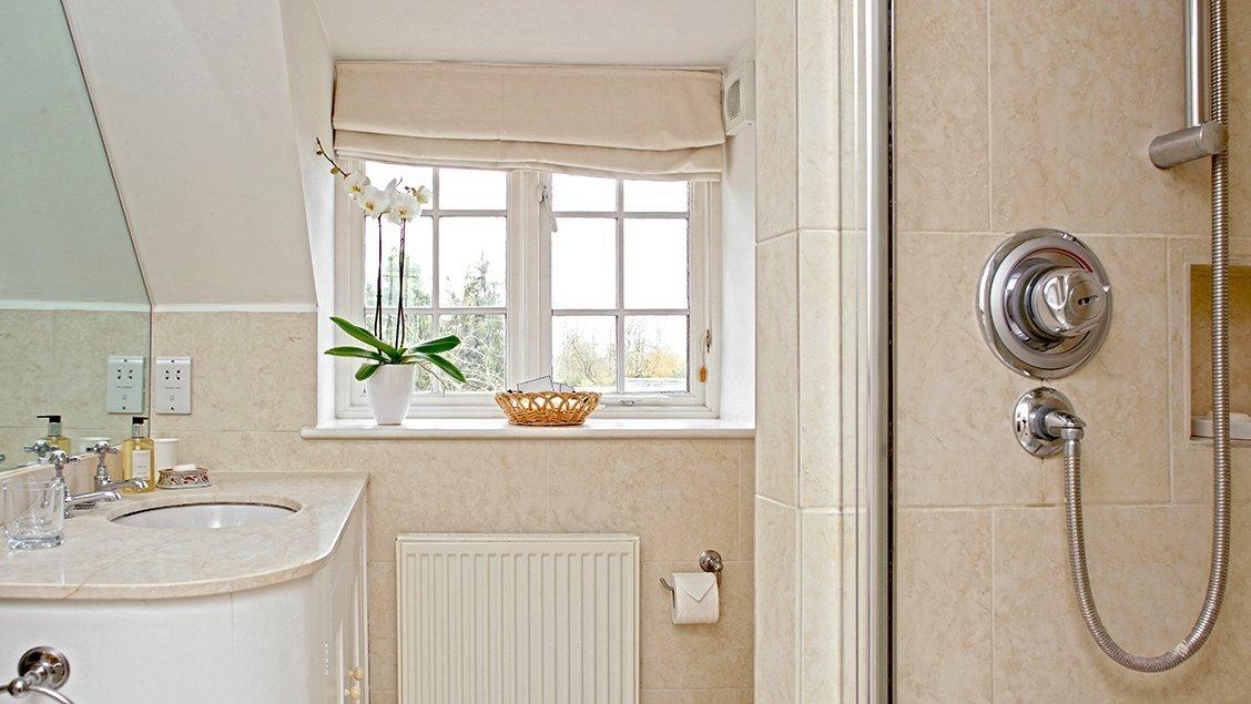 bruern-holiday-cottages-wychwood-cottage-shower-room
