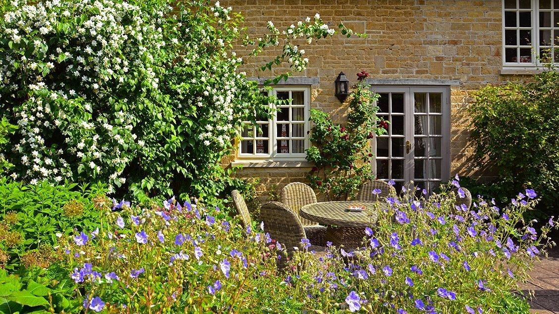 bruern-holiday-cottages-aintree-cottage-patio-garden