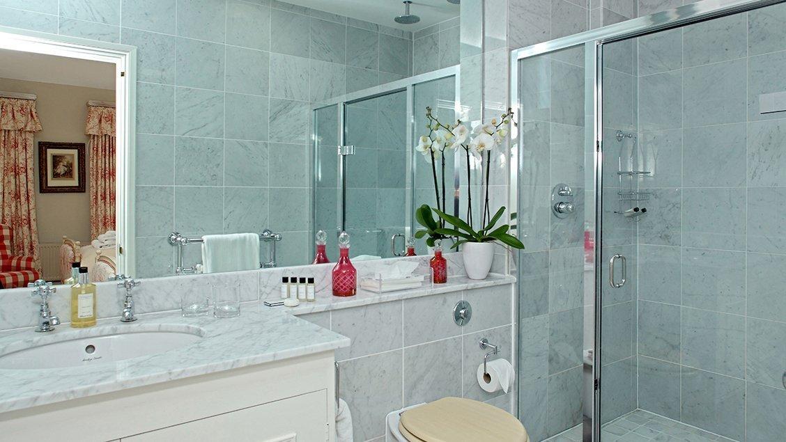 bruern-holiday-cottages-weir-en-suite-bathroom