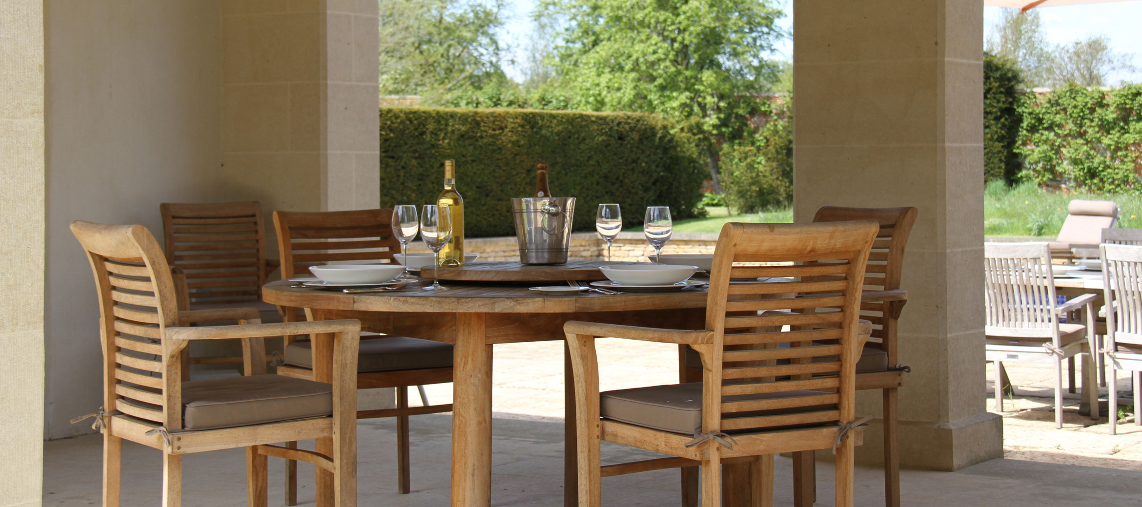 langley-park-cotswold-outdoor-poolside-dining