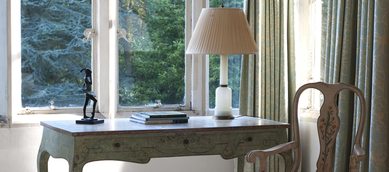 kingscote-window-desk