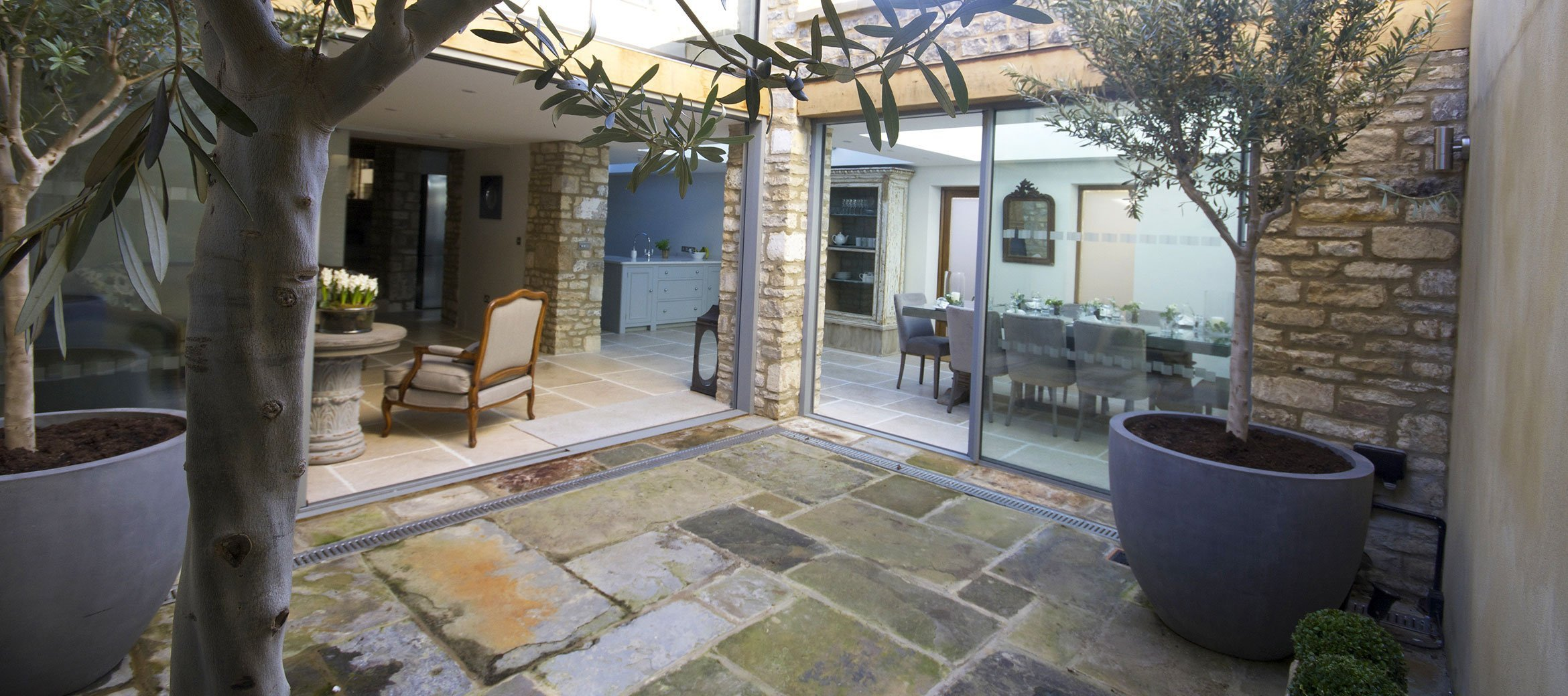 burford-cotswold-cottage-dining-kitchen-courtyard