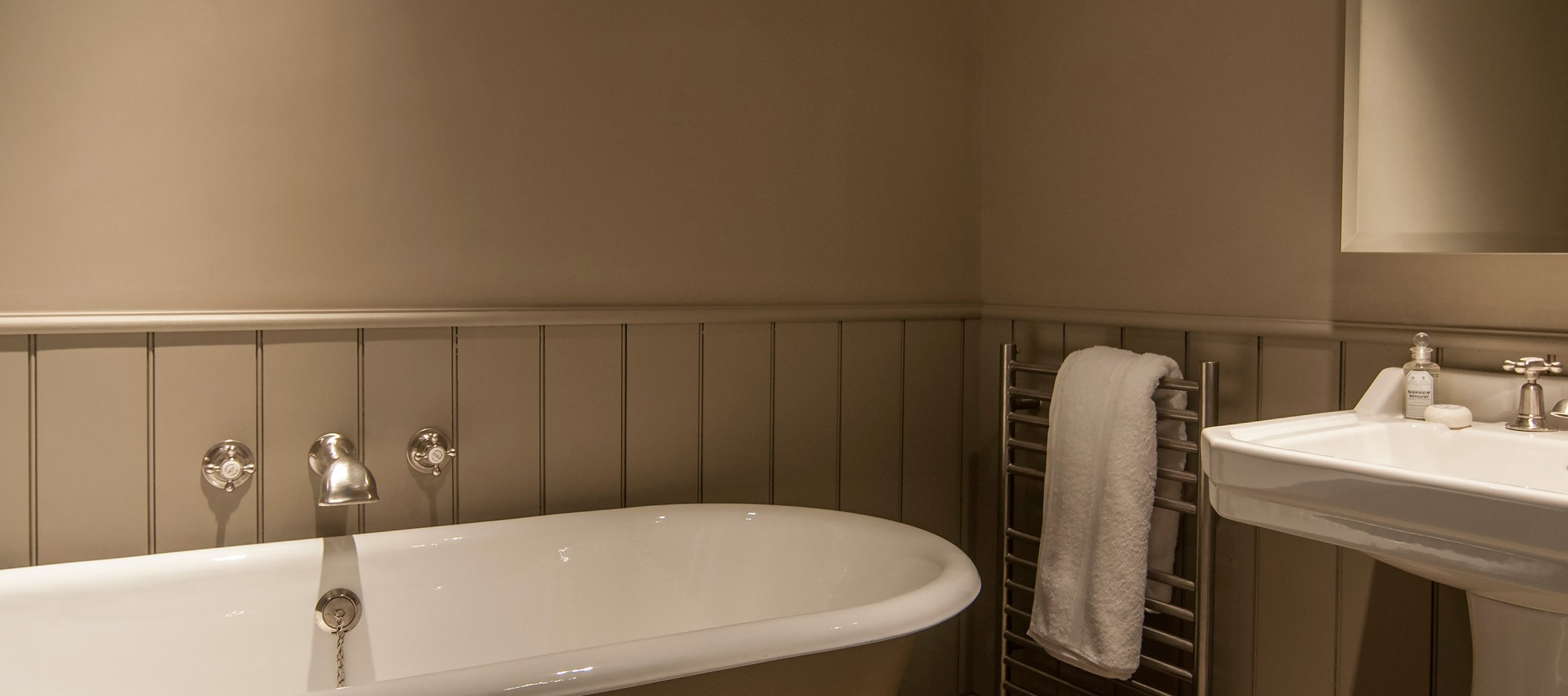greys-court-luxury-cotswold-cottage-bath-shower-room