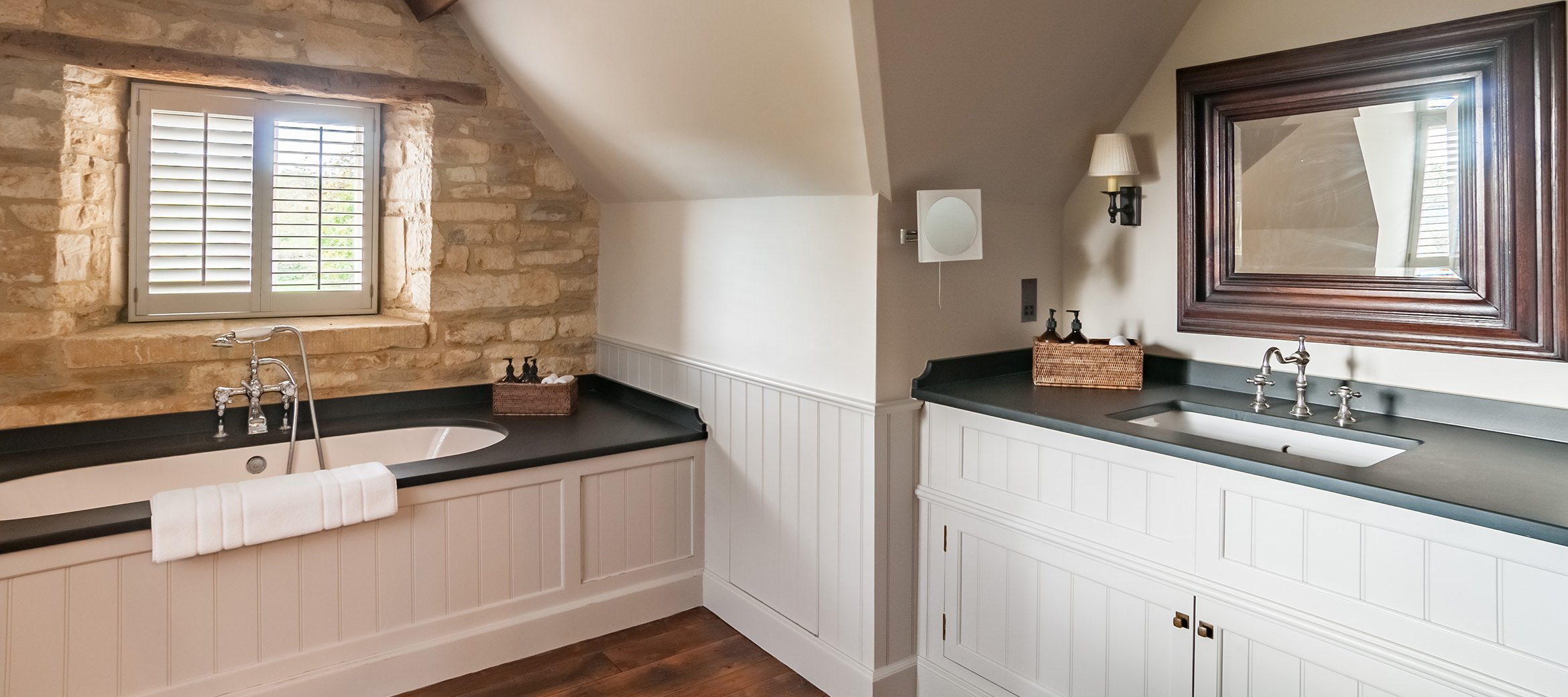luxury-cotswold-farmhouse-marble-bathroom