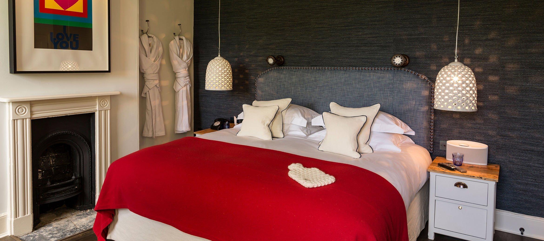 cheltenham-townhouse-38_the_park-red-bedroom