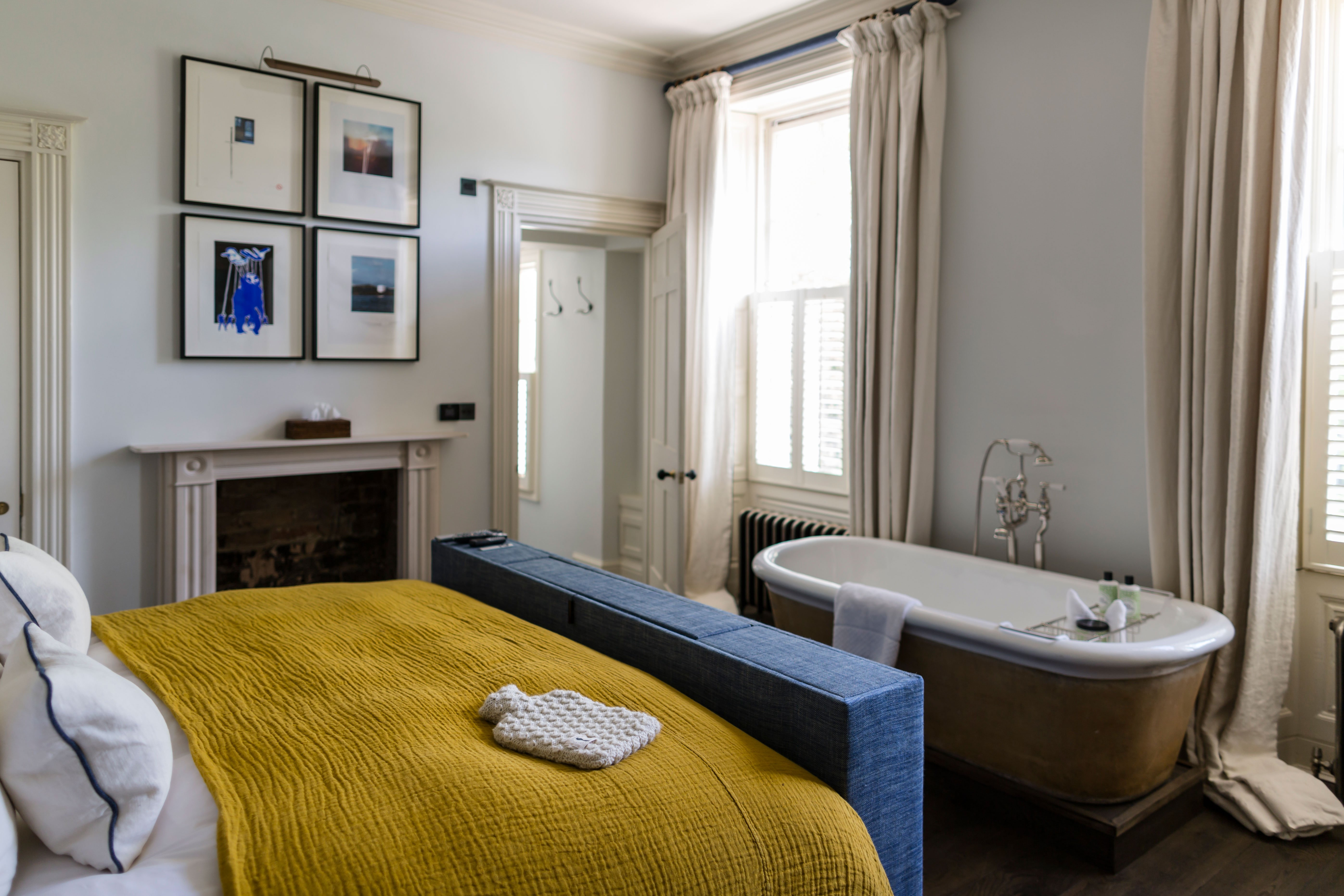 cheltenham-townhouse-38_the_park-yellow-bedroom-roll-top-bath