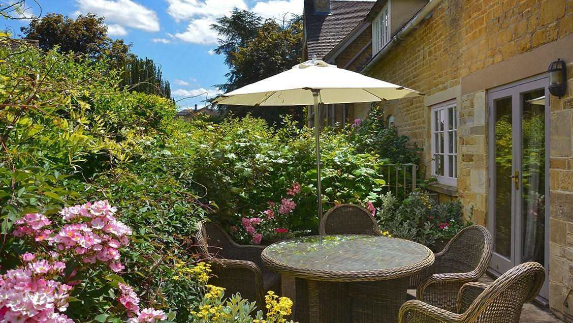 bruern-holiday-cottages-wychwood-patio-table