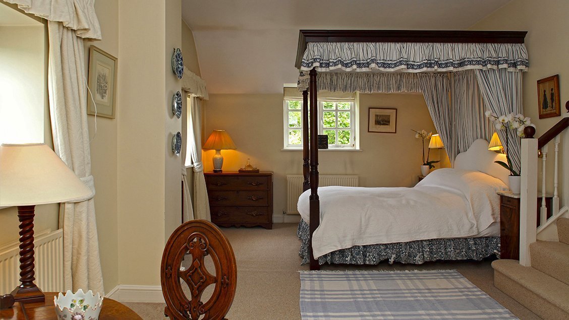 bruern-holiday-cottages-aintree-cottage-four-poster-bedroom