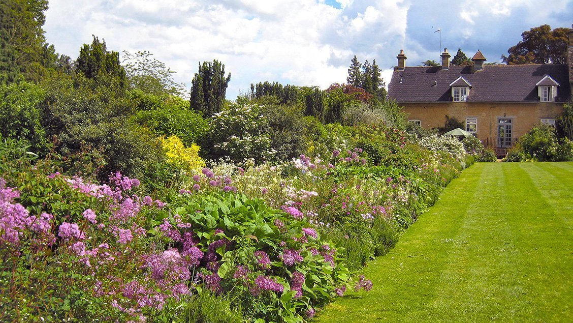 bruern-holiday-cottages-long-flower-border