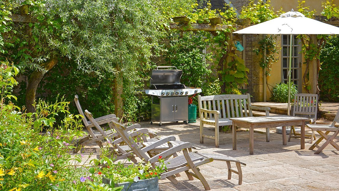 bruern-holiday-cottages-weir-bbq-terrace