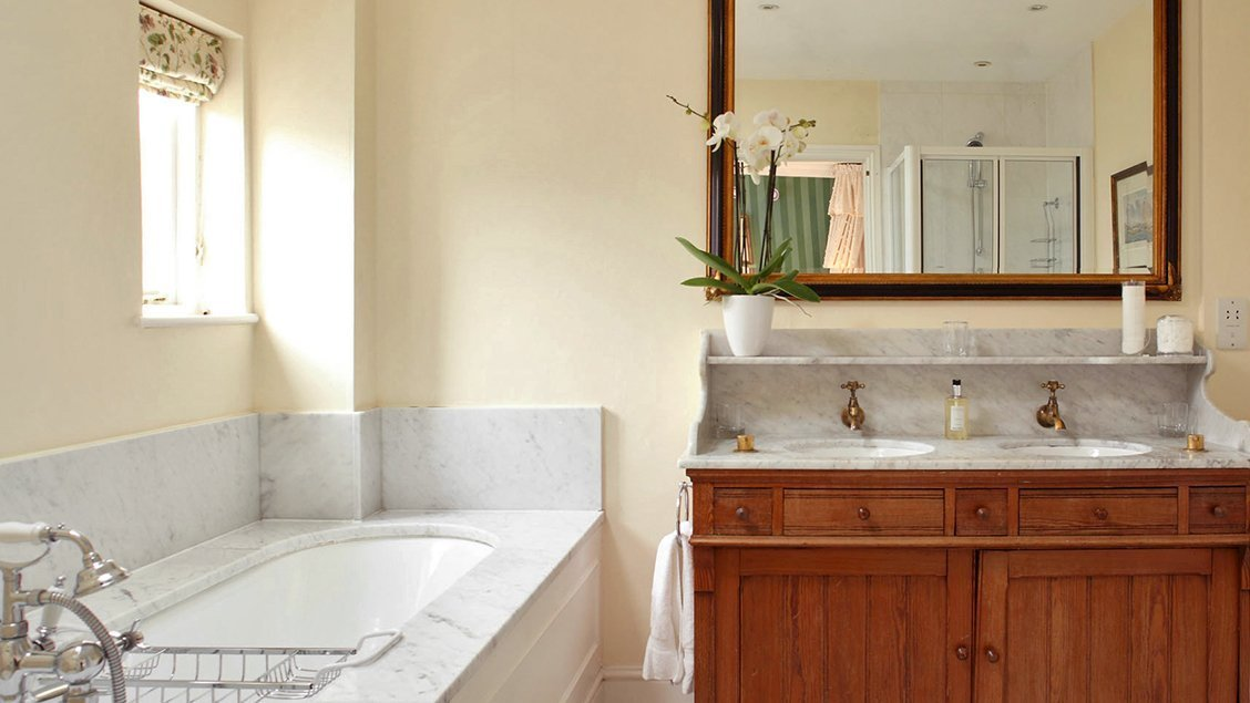 bruern-holiday-cottages-weir-first-floor-bathroom
