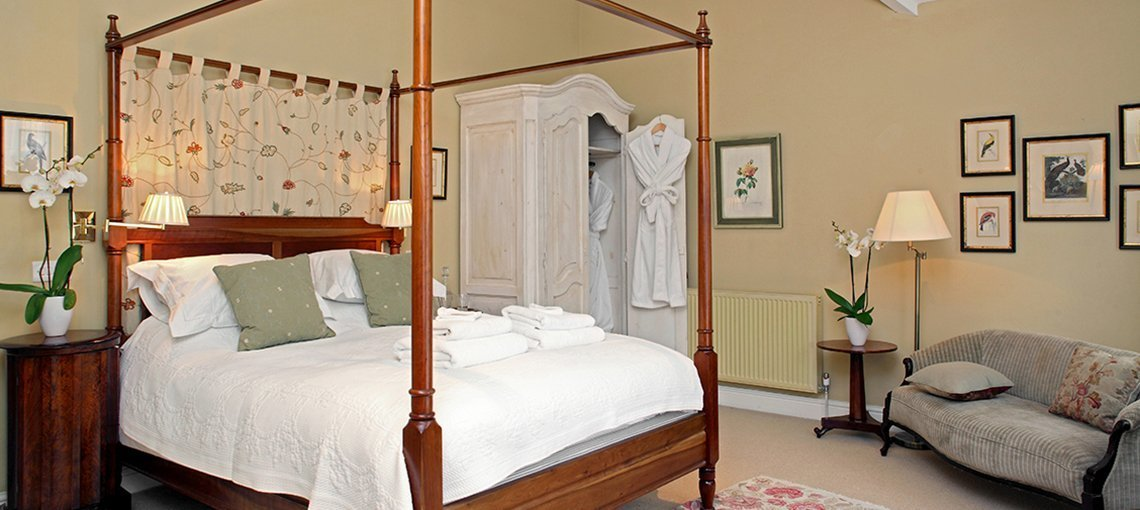 bruern-holiday-cottages-weir-four-poster-bedroom