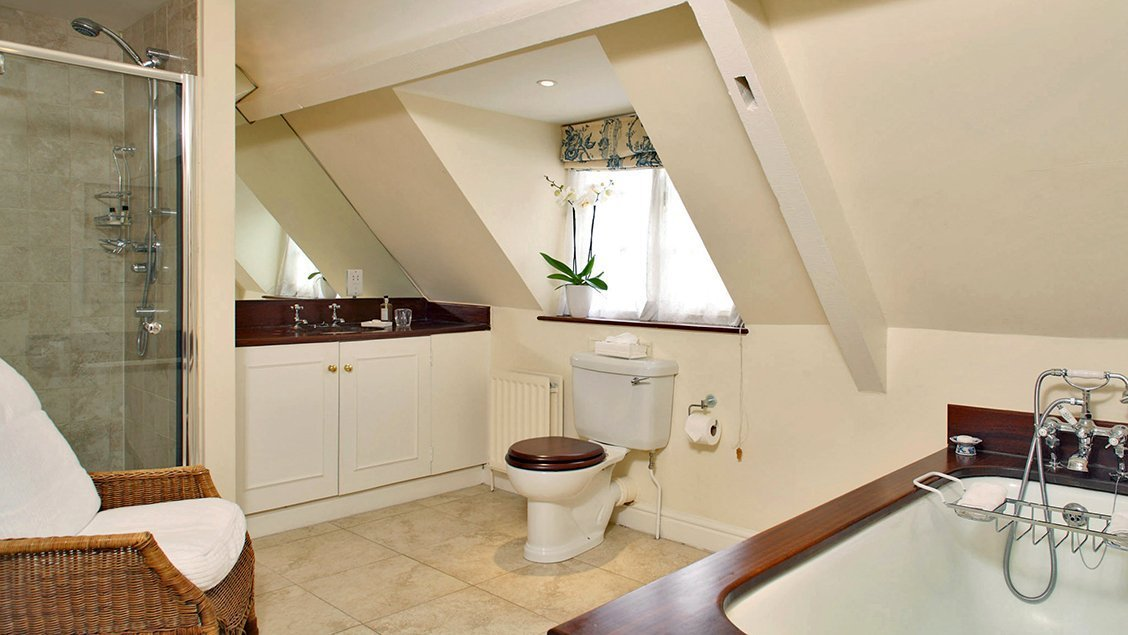 bruern-holiday-cottages-weir-master-bedroom-en-suite
