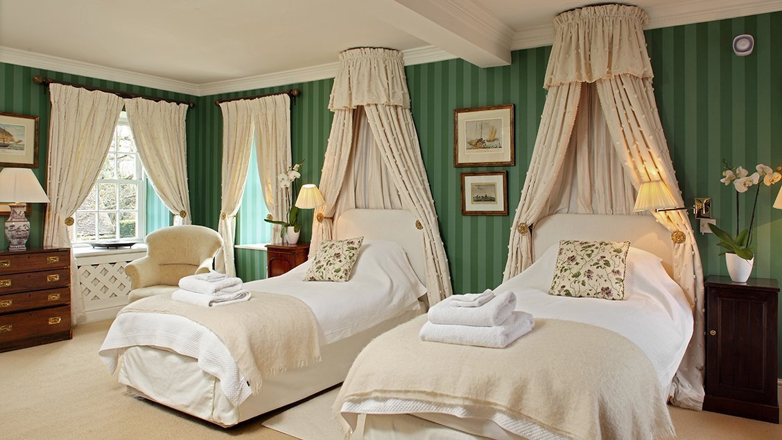 bruern-holiday-cottages-weir-twin-bedroom-green