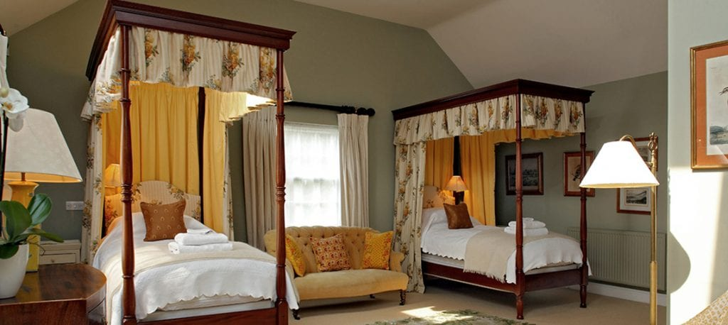 bruern-holiday-cottages-weir-twin-four-poster-bedroom
