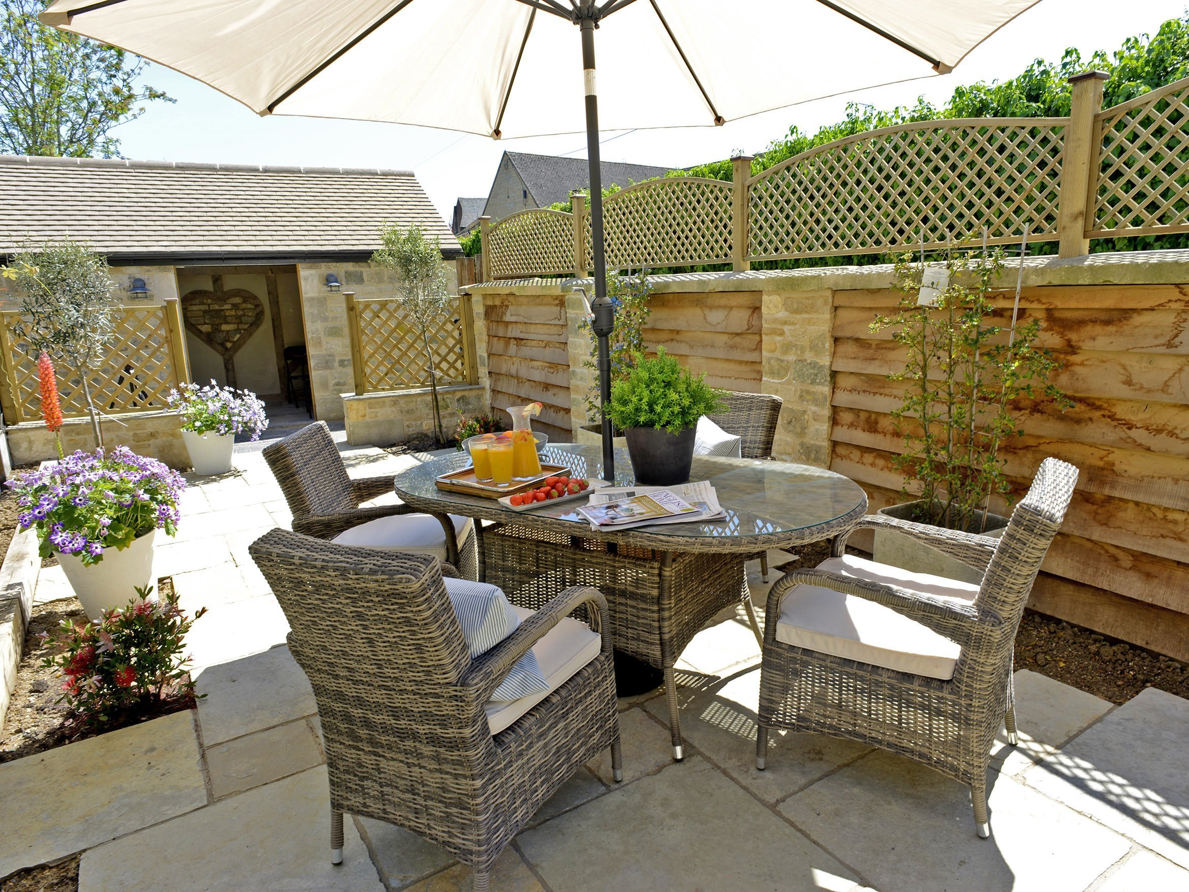 walnut-cottage-moreton-in-marsh-garden-dining